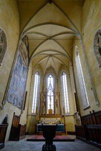 Chor mit Altar und Rosenauer Fresko